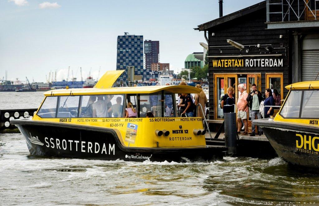 bezoekers-stappen-in-watertaxi-tijdens-een-site-inspectie-in-rotterdam-rotterdam-partners