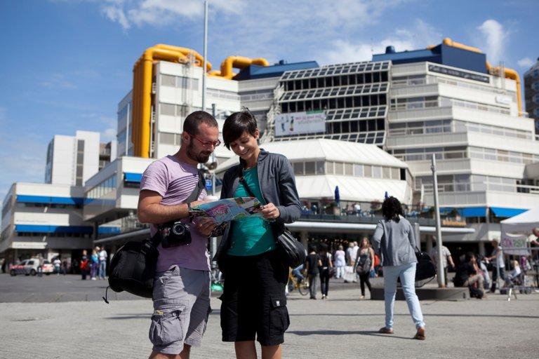 rotterdam blaak kubuswoningen station potlood toeristen beelden van enith
