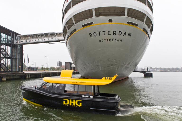 Watertaxi voor ss Rotterdam
