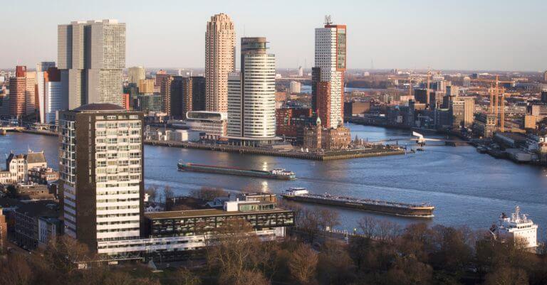 Zicht over de Maas op de Wilhelminapier vanaf de Euromast. Foto: Guido Pijper