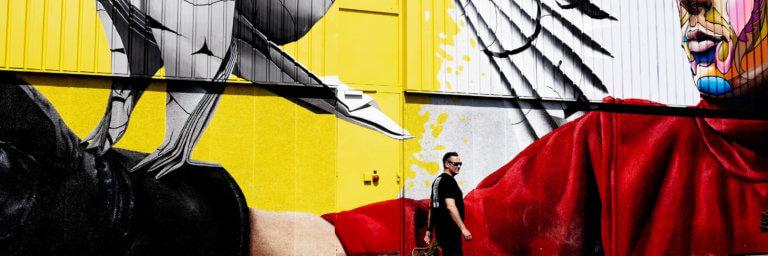 Man loopt voorbij street art